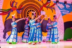 A dança chinesa do miao Imagens de Stock Royalty Free
