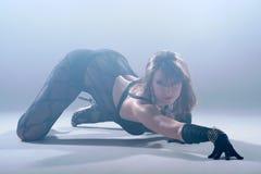 Dança da mulher em um fumo. Fotos de Stock