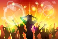 A dança da multidão dos povos do clube noturno mostra em silhueta o partido Fotos de Stock Royalty Free