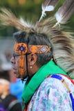 Dança da pessoa idosa do nativo americano no regalia Fotografia de Stock