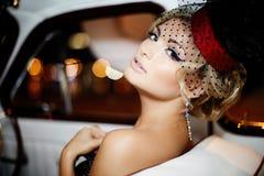 Dana den blonda modellen i retro stil i gammal bil Royaltyfri Bild