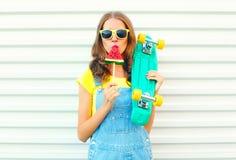 Dana den nätta kalla flickan som äter en skiva av vattenmelonglass Royaltyfria Foton