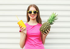 Dana den nätta le flickan med ananas och koppen över vit Arkivbilder
