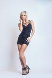 Dana den sexiga attraktiva blonda flickan i svarta kläder Royaltyfri Fotografi