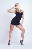Dana den sexiga attraktiva blonda flickan i svarta kläder Royaltyfri Bild