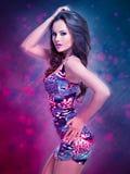 Dana den sexiga modellen i mini- kjol över idérik bakgrund Royaltyfri Foto
