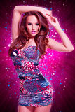 Dana den sexiga modellen i mini- kjol över idérik bakgrund Royaltyfri Fotografi