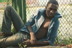 Dana den stilfulla unga afrikanska torsomannen för ståenden utomhus Royaltyfri Bild