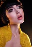 Dana den unga brunetten modellerar fotoledaren, modellerar posera, blandad blixt, rusar long Royaltyfri Fotografi