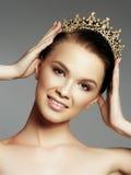 Dana den ursnygga kvinnan i diamantkronan, vinnare för skönhetstrid Lyxig flicka med ljus makeup Royaltyfria Foton