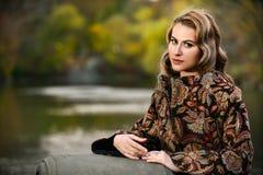 Dana den utomhus- ståenden av den unga härliga kvinnan som bär det eleganta laget arkivbild