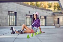 Dana den utomhus- stads- ståenden av den nätta brunettkvinnan i stad Royaltyfri Foto