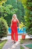 Dana det utomhus- fotoet av den härliga kvinnan med mörkt hår i luxur Royaltyfri Bild