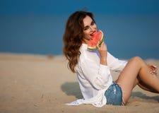 Dana det utomhus- fotoet av en sinnlig sexig härlig kvinna med rött Arkivbild