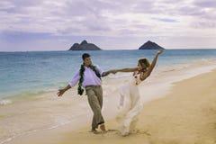 Dança dos pares na praia Fotografia de Stock Royalty Free