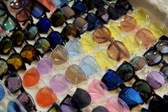 Dana exponeringsglas, det optiska lagret för glasögon, modeeyewear på nattmarknaden, färgrika exponeringsglas, exponeringsglas på Royaltyfri Fotografi