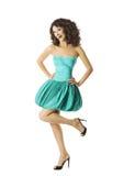 Dança feliz da jovem mulher, menina contente de sorriso no vestido alegre Fotos de Stock Royalty Free