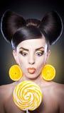 Dana flickan med gula klubba- och leendeagains Arkivfoton