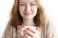 Dana flickan med koppen i händer som isoleras på vit bakgrund Royaltyfri Foto