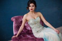 Dana fotoet av den härliga damen i elegant aftonklänning Arkivfoto