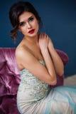 Dana fotoet av den härliga damen i elegant aftonklänning Royaltyfria Bilder