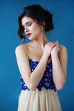 Dana fotoet av den härliga damen i elegant aftonklänning Arkivbild