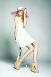 Dana fotoet av den unga storartade kvinnan i hatt. Posera för flicka Arkivbilder