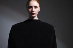 Dana konststudioståenden av den eleganta flickan i geometrisk svart a arkivbild