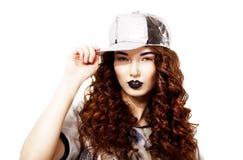 För kvinnainnehav för trendig Redhead moderiktig Kepi. Karismatiskt moderiktigt kvinnligt royaltyfri bild