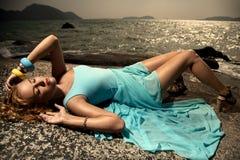 Dana kvinnan i den utomhus- blåttklänningen Royaltyfri Fotografi
