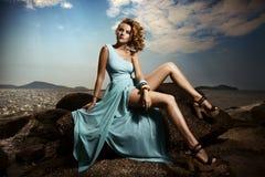 Dana kvinnan i den utomhus- blåttklänningen Royaltyfri Foto