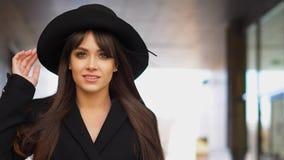 Dana kvinnan i en hatt, i rät maskaklänning och omslag utomhus i nedgången Höst Time Arkivbilder