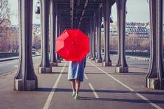 Dana kvinnan med det röda paraplyet i staden Royaltyfri Fotografi