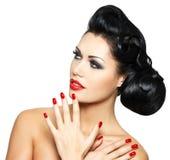 Dana kvinnan med röda kanter, spikar och den idérika frisyren Fotografering för Bildbyråer