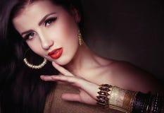 Dana kvinnan med smyckenbijouterie. Arkivfoton