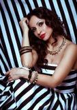 Dana kvinnan med smyckenbijouterie. Arkivfoto