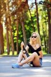 Dana livsstilen, härlig ung kvinna med skateboarden Arkivfoto