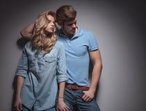 Dana par i ett sexigt poserar att se till deras sida fotografering för bildbyråer
