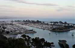 Dana Point Harbor in der Dämmerung stockbild