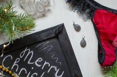 Dana röd underbyxor och behåuppsättningen som en julgåva på viten Fotografering för Bildbyråer