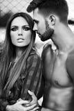 Dana sexiga par i gatan i tillfällig hipstertorkduk Royaltyfria Foton