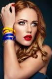 Dana sexigt stilfullt blont för closeup med röda kanter arkivfoton