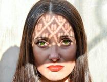 Dana skönhetståenden av en kvinna med gröna ögon Arkivbild
