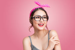 Dana ståenden av den asiatiska flickan med solglasögon som står på rosa färger Arkivfoton