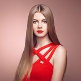 Dana ståenden av den eleganta kvinnan med storartat hår royaltyfri foto