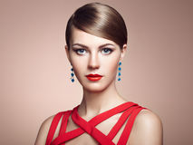Dana ståenden av den eleganta kvinnan med storartat hår royaltyfria bilder