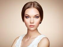 Dana ståenden av den eleganta kvinnan med storartat hår fotografering för bildbyråer