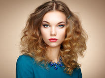 Dana ståenden av den eleganta kvinnan med storartat hår royaltyfri bild