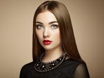 Dana ståenden av den eleganta kvinnan med storartat hår arkivfoton