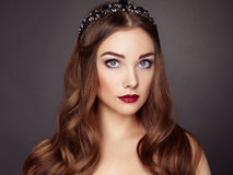 Dana ståenden av den eleganta kvinnan med storartat hår arkivbilder